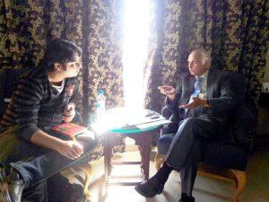 اقبال خورشید انتظار حسین سے انٹرویو لیتے ہوئے